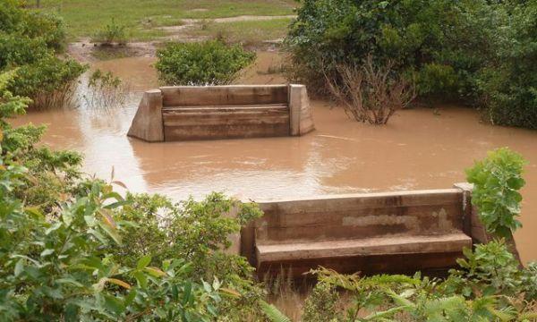 Les piles du pont à la saison des pluies