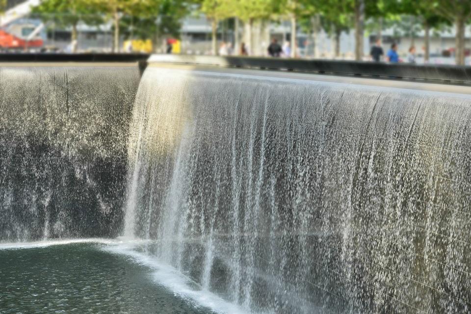 Chute-d'eau-au-Memorial-world-trade-center---Statue-de-la-LIberté-et-Lower-Mahanttan
