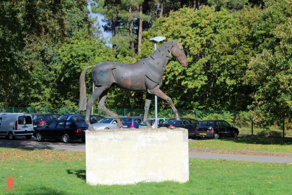 Statue métalique d'un cheval Cadre noir saumur