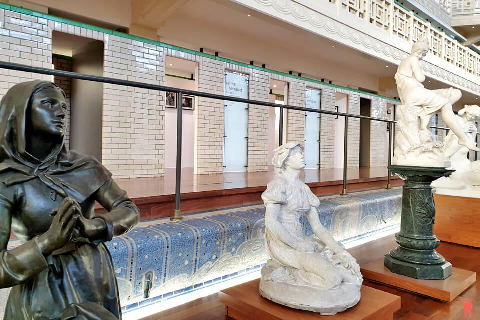 Diverses sculptures près du bassin de la piscine de Roubaix