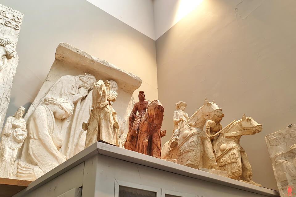 Sculptures de chevaux médiévaux d'Henri Bouchard au musée la Piscine de Roubaix