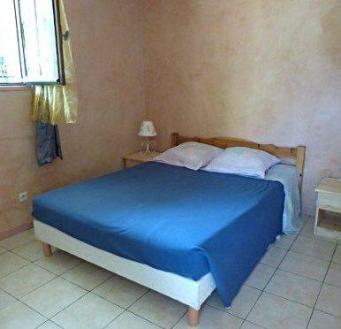 ...nous voici dans la chambre, elle est lumineuse c'est un lit double avec deux tables de chevet et une penderie.