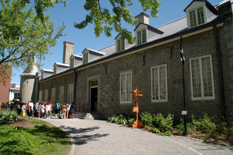 Claude de Ramezay fit construire en 1705, et à ses frais, ce château pour en faire sa résidence officielle