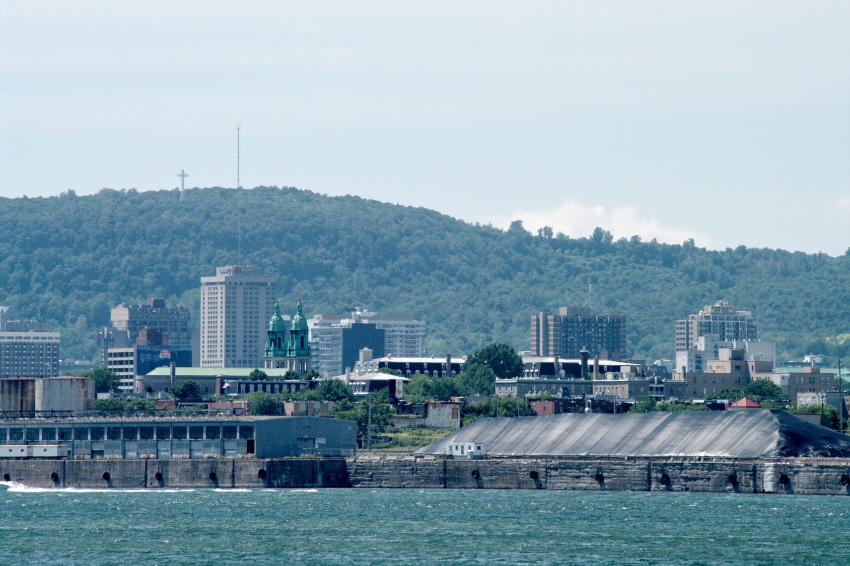 Le reportage photographique d'hier proposait une vue de la montagne de Montréal. Voici maintenant Montréal vu du fleuve