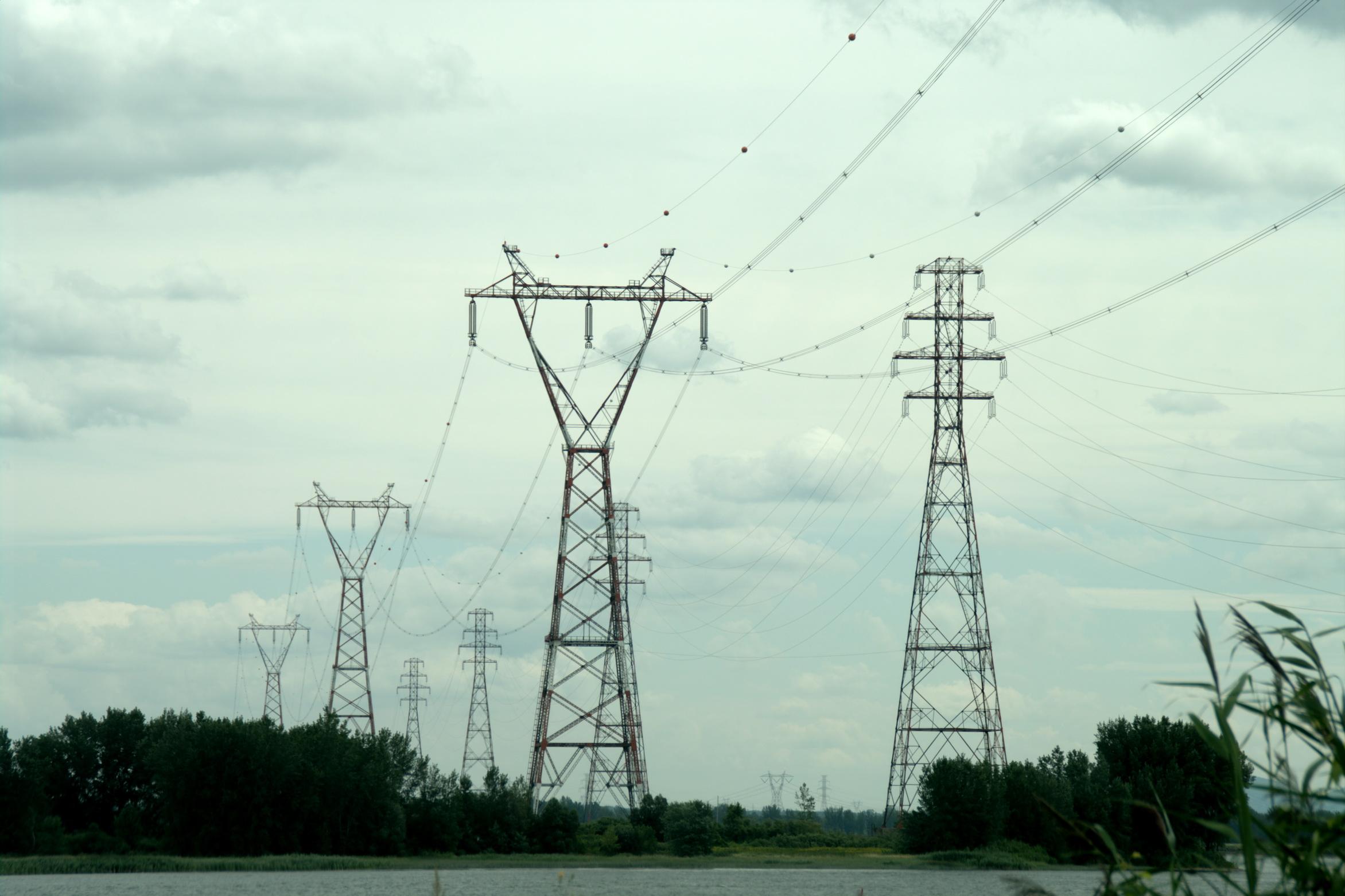 Et ces pylônes nappes qui traversent le fleuve avec leurs poids lourds