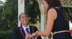 Pedida de matrimonio lésbico al estilo Glee