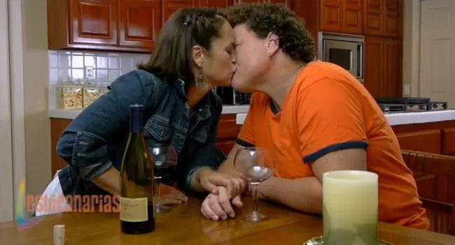Gina besando a Stella