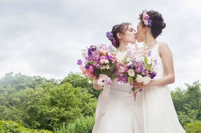 beso en boda lésbica