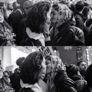 Esta foto de dos chicas besándose en una protesta contra Trump nos da esperanza