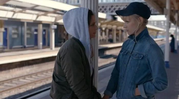 Niska y Astrid juntas en Humans