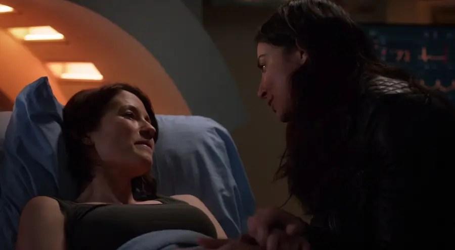 Alex y Maggie hablando en la DEO