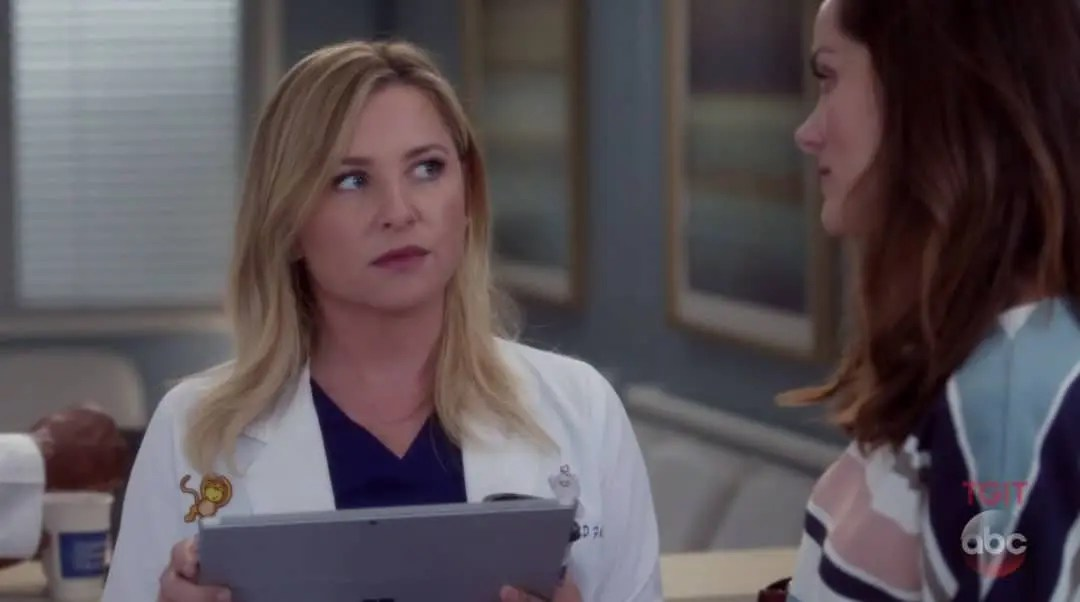 Arizona y Carina hablando de la paciente