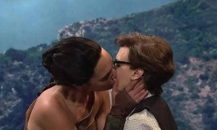 Gal Gadot y Kate McKinnon se han besado en Saturday Night Live