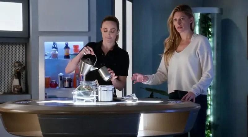 Ava y Sara en la nave