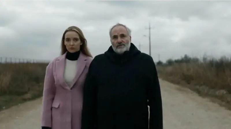 Konstantine y Villanelle caminando