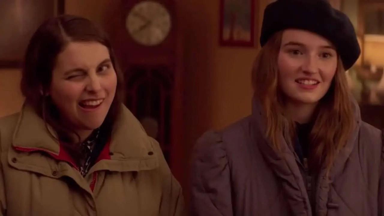 Protagonistas de Booksmart sonriendo