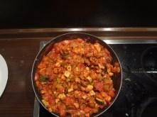 On mange toujours bien! Petit repas sur base des restes de bulgur, pâtes et lentilles avec une bonne dose de légumes.