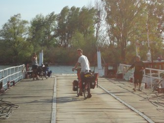 "Ferry pour traverser la ""mer"" du Danube."