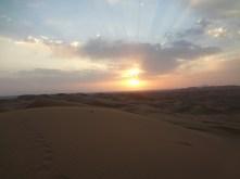 Levé du soleil dans le désert.
