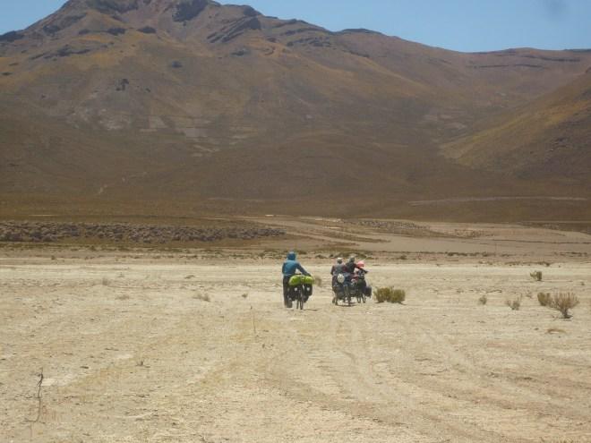 Polonais et bretons poussons nos vélos dans le sable pour rejoindre la route