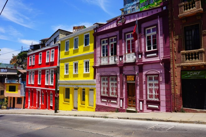 Façades colorées dans une rue en pente : vision typique de la ville