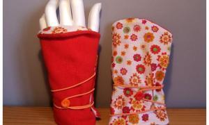 Mitaines réversibles rouge et blanche à fleurs