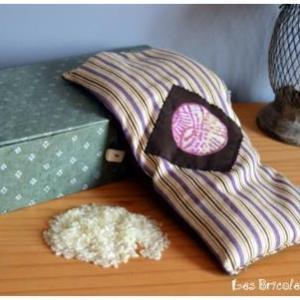 Bouillotte rectangulaire beige à rayures violettes et marron