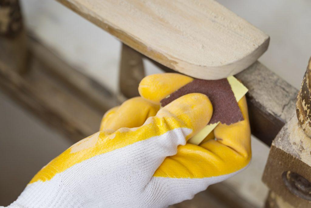 poncage main meuble bois