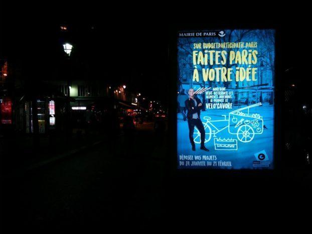Photo prise de nuit d'une affiche du Budget participatif de Paris Antoine Bézard