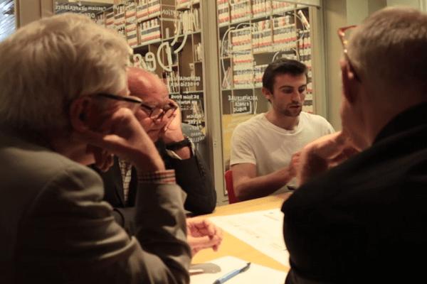 """Un atelier avec des citoyens autour du projet """"des abris pour les sans-abris"""", projet issu du Budget participatif 2016 de Paris. (crédit : extrait d'un film de la Ville de Paris)"""