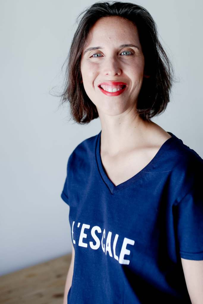 Colombe avec un t-shirt L'Escale