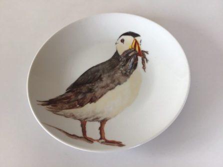 Le macareux : retour de pêche. Assiette porcelaine peinte à la main. Pièce unique. Création 2019.