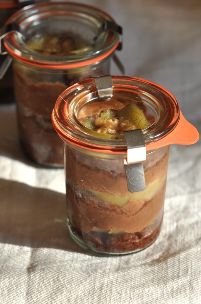 Bûche aux noix et au cacao, à la mousse chocolatée et aux poires caramélisées au miel