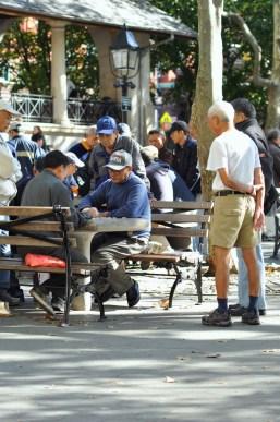 Les observateurs du jeu de dames à Chinatown à New York