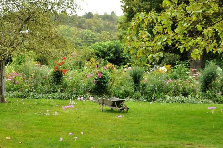 Une brouette au milieu du jardin de Monet à Giverny