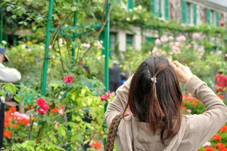 Touriste photographiant la maison de Claude Monet à Giverny