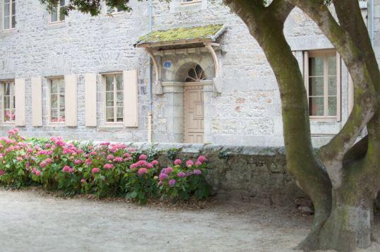 Sur le côté de l'église