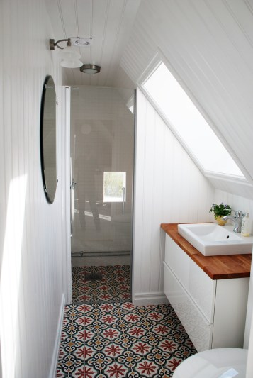 Salle de douche avec carreaux de ciment