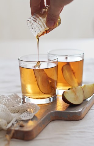 http://hellonatural.co/bourbon-apple-cider-cocktail/