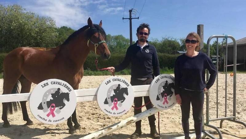 Baptiste Fillatre et Mercedes Lanoy dans la nouvelle carrière du centre équestre, devant l'obstacle aux couleurs de l'association.