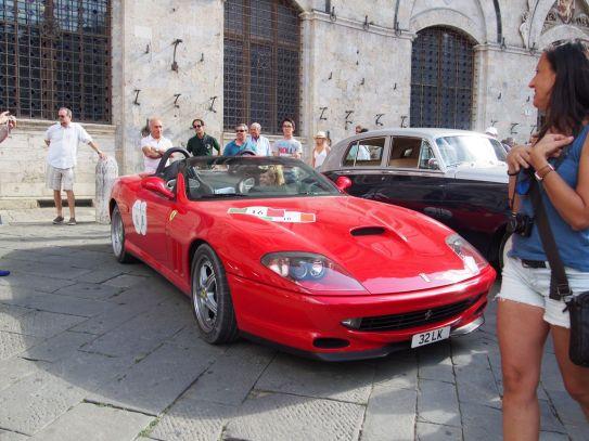 Défilé de voitures à Sienne. Celle-là est pour Justin!