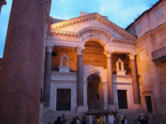 L'entrée du palais depuis le vestibule