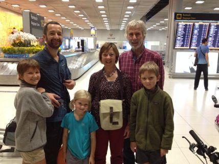 Retrouvailles surprises des grands-parents à l'aéroport de Bangkok