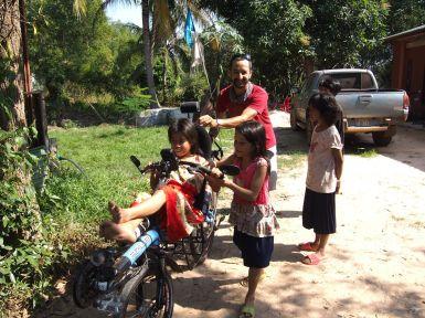 A l'orphelinat, le vélo couché a toujours autant de succès !