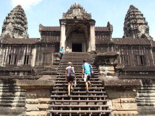 On grimpe les étages d'Angkor Wat