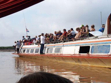 Le bateau pour Phnom Penh aussi chargé que le notre