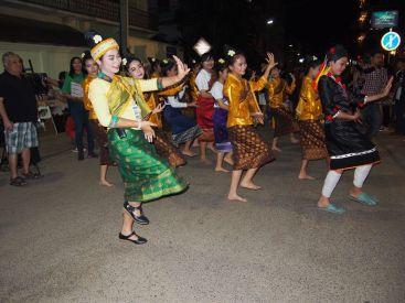 Démonstration de danses laotiennes dans les rues de Vientiane