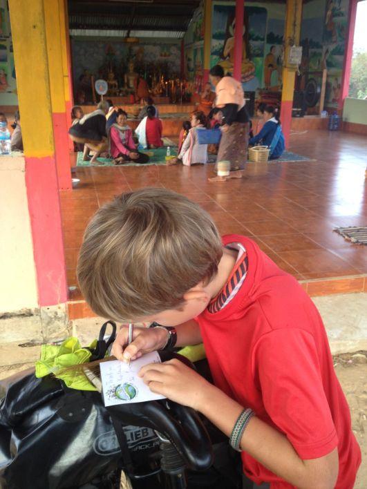 Joseph écrit notre habituel carte de remerciement après une nuit dans une pagode