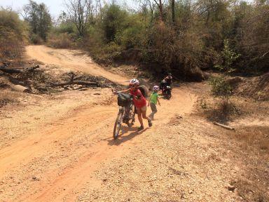Les pistes parfois difficiles qui bordent le Mékong