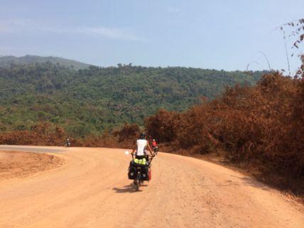 les routes sont poussièreuses, les arbres comme les cyclistes le subissent